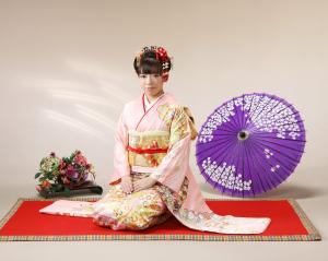 ピンク色古典柄振袖に日本髪
