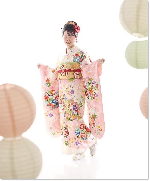 白地に薄ピンクの古典柄振袖を着た日本髪美人