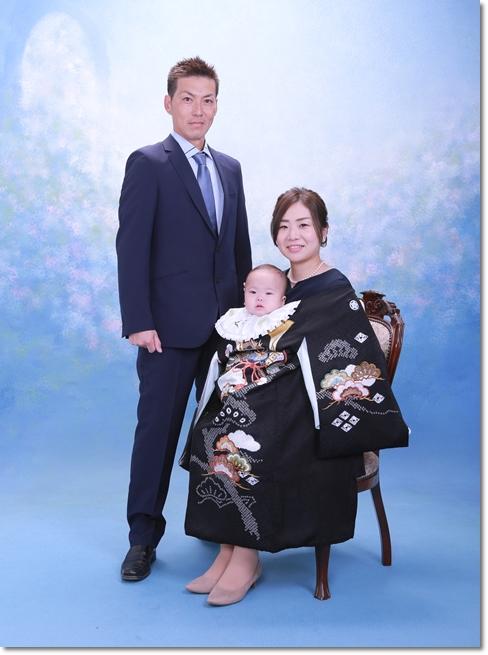 お宮参り 男の子初着 黒 家族写真