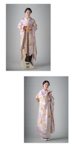 ベースを持ち薄紫色の振袖を着た女性