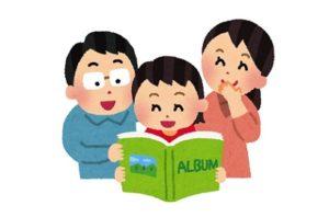 アルバムを家族で見るイラスト