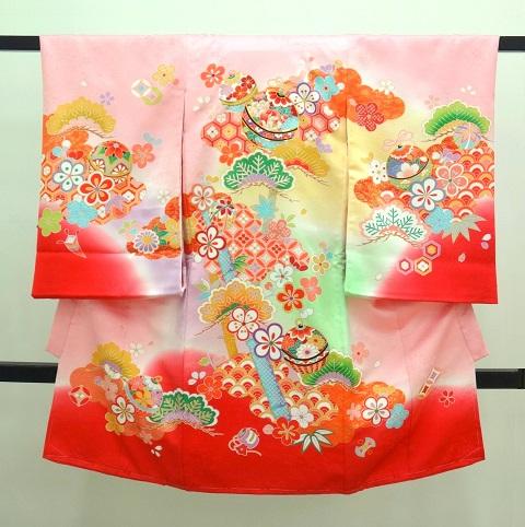 女の子のお宮参りの着物 ピンク色にぼかし黄グリーン赤入り 松 手毬 青海波に花