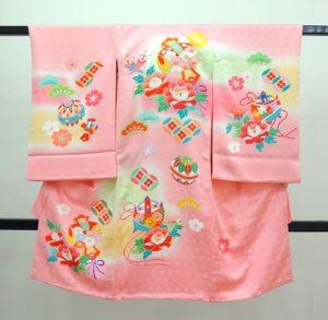 女の子お宮参りの着物 初着 産着 熨斗目 ピンク色にクリーム グリーンぼかし入り 打出の小槌 牡丹 糸巻き文様 手毬 松 七宝