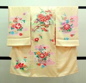 女の子のお宮参りの着物 薄クリーム色 花車 牡丹 四季草花 霞文様