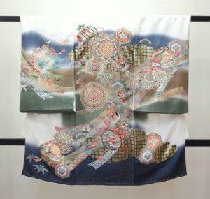 男の子お宮参りの着物 産着 熨斗目 白茶モスグリーン 鏡と打出の小槌 几帳 熨斗