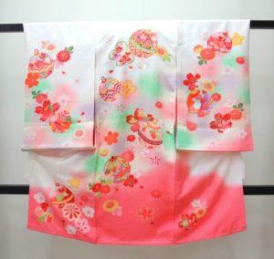 女の子お宮参りの着物 産着 白色に裾ピンク色ぼかし 鈴に 桜柄