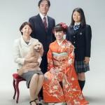 ペットと一緒に成人式の家族写真