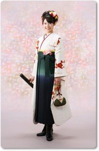 白地の振袖に卒業式の袴を合わせる