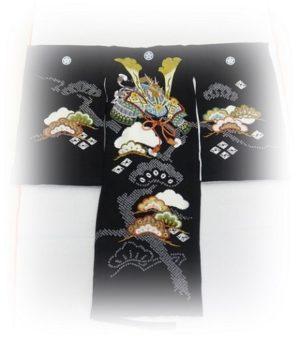 男の子お宮参りの着物初着_黒地に刺繍の兜柄