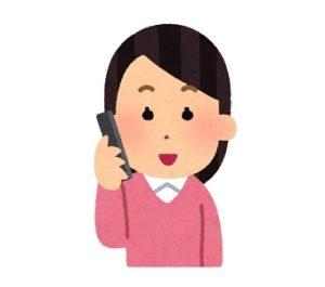 スマホで電話する主婦のイラスト