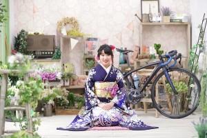 辻が花紫色振袖を着た自転車女子